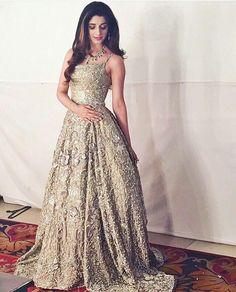 I simply adore Pakistani fashions! Pakistani Couture, Pakistani Wedding Dresses, Pakistani Outfits, Indian Dresses, Indian Outfits, Hindus, Custom Wedding Dress, Lehenga Designs, Desi Clothes