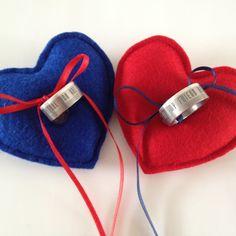 Ringkussentje; hartjes Voor jou en hem, in iedere kleur denkbaar verbonden met een satijnen lint in de kleur van het andere hartje. Mooie symboliek.