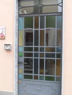le vetrate colorate sono tipiche di interni ed esterni delle case anni '30 e '40.