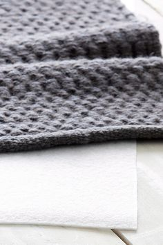 Til at lægge under løse tæpper for at holde dem på plads. Non-woven af polyester med lateximprægnering. Ca. 2 mm tykt. Underlaget kan klippes til i ønsket størrelse. <br><br>100% polyester<br>Håndvaskes