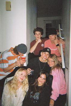 I Need Friends, Cute Friends, Best Friends, Drunk Friends, Photographie Indie, Photographie Portrait Inspiration, Cute Friend Pictures, Best Friend Pictures, Friend Pics