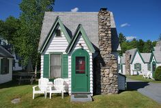 This is a tiny house movement timeline. A brief history of tiny homes. How far back does the tiny house movement go? Some could argue that tiny homes Cute Little Houses, Little Cottages, Cabins And Cottages, Small Cottages, Tiny Cabins, Tiny House Movement, Regal Design, Cute Cottage, Small Places