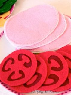Vleeswaren en tomaat van vilt Diy For Kids, Crafts For Kids, Play Corner, Cactus, Felt Play Food, Waldorf Toys, Kids Patterns, Table Cards, Diy Toys