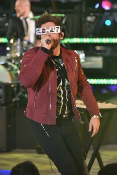 Thomas Rhett Photos Photos - Musician Thomas Rhett performs onstage during New Year's Eve 2017 in Times Square at Times Square on December 2016 in New York City. - New Year's Eve 2017 In Times Square Country Music Lyrics, Country Music Artists, Country Singers, Country Guys, Country Life, New Years Eve 2017, Brian Kelley, Tyler Hubbard, Perfect Husband