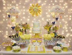 ・・・ tema: you are my sunshine Sunshine Birthday Parties, First Birthday Parties, First Birthdays, Baby Shower Cakes, Baby Shower Themes, Sunshine Baby Showers, Sunshine Cake, Baby Girl First Birthday, You Are My Sunshine