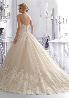 Prachtige bruidsjurk in de prinsessen sissi style! We kunnen deze jurk helemaal op de hand en op maat voor je laten maken in ons atelier voor € 700,-. Kom bij ons langs in Haarlem of neem contact op via info@weirdcloset.nl voor de mogelijkheden!