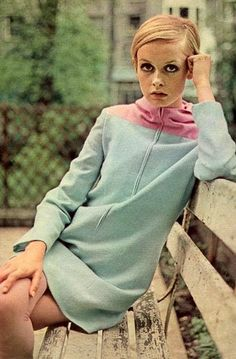 Probably the most recognizable (and adorable) face of the belongs to Twiggy. Leslie Lawson, nicknamed Twiggy thanks to her slender frame, was a teenage British model that became the face of the. Sixties Fashion, Mod Fashion, New Fashion Trends, Fashion Models, Vintage Fashion, Sporty Fashion, Fashion 2018, Fashion Tips, Look Vintage