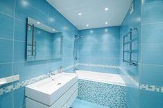 Para huir de la monotonía, en estos cuartos de baño se ha optado por una decoración a todo color, introduciendo el cambio tanto en paredes y suelos como en el propio mobiliario.
