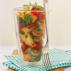 Dieser Salat ist ein toller Resteverwerter - und schmeckt dabei wunderbar italienisch! Genießen Sie ihn im Hochsommer gekühlt und mit einem leichten R...