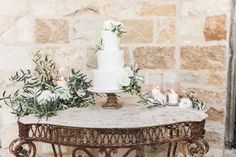 classic white wedding cake | Photography: Brandon Kidd Photography