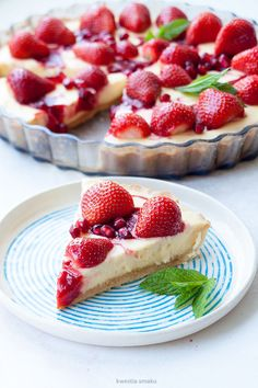 Cheesecake tart with strawberry mousse, strawberry and pomegranate Yummy Treats, Yummy Food, Cheesecake Tarts, Strawberry Mousse, Something Sweet, Food Inspiration, Cake Recipes, Healthy Living, Food Porn