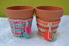 Macetas con funda tejida al crochet https://www.facebook.com/objetosconhilos