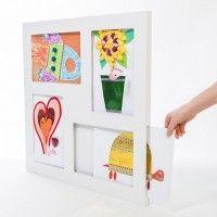 Haal het beste in uw kind naar boven met deze grote kader voor kindertekeningen. Deze kader biedt plaats voor zowel 2D als 3D werkjes. Geef uw kind de waardering die het verdient door zijn of haar kunstwerken op te hangen in een mooi kader. Buitenmaat: 56x56cm