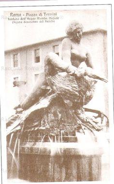 e: Piazza Esedra (Piazza della Repubblica). Fontana delle Naiadi. Rara cartolina raffigurante una delle statue di Mario Rutelli, all'epoca giudicate scandalose perchè troppo formose e somiglianti…alla moglie dello scultore! Ninfa delle acque di lago con un cigno. Anno: 1904.
