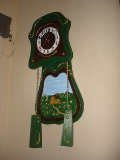 reloj de madera pintado
