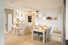 Strefa dzienna to salon z jadalnią i kuchnią. Ta ostatnia znajduje się trochę na uboczu, nieśmiało wyglądając z niewielkiej wnęki, w którą została wpasowana. Projekt Małgorzata Galewska. Fot. Bartosz Jarosz. Teak, Modern, Kitchen, Furniture, Home Decor, Interior Design, Living Room, Trendy Tree, Cooking