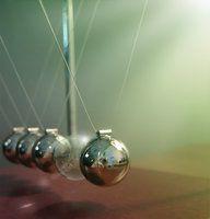Pêndulo de Newton muito bem representado.