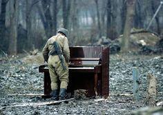 Un soldado ruso tocando un piano abandonado en Chechenia en 1994