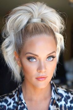 7 Clever Ways To Wear A Ponytail For Every Occasion. No matter if you like fancy, messy, or braided ponytails, or have short or long hair, here you'll find elegant and stylish ideas for any occasion. Old Hairstyles, Sleek Hairstyles, Pretty Hairstyles, Fashion Hairstyles, Easy Hairstyle, Rehearsal Dinner Hair, Medium Hair Styles, Curly Hair Styles, Sleek Ponytail