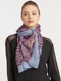 43002fe1e886 Comment porter une écharpe   différentes manières de porter ses écharpes en  soie ou en coton