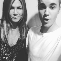 Amizade improvável! Jennifer Aniston e Justin Bieber posam juntos para foto >> http://glo.bo/1PDYVrS