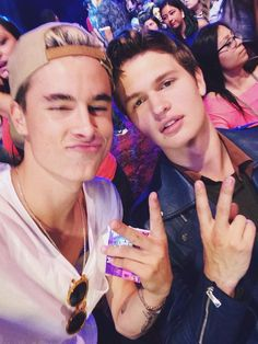 Kian Lawley and Ansel Elgort - Teen Choice award 2014 Kian Lawley, Look At You, How To Look Better, Bae, Ricky Dillon, Jc Caylen, Tyler Oakley, Magcon Boys, The Fault In Our Stars