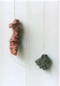 As Horas. Têmpera e parafina sobre pequenos quadrados irregulares de tecido, mantidos em blocos por fios de algodão; pregos. Peça vermelha: 2 x 2 x 10 cm e peça cinza: 3 x 2,5 x 2 cm. R$: 380,00 cada
