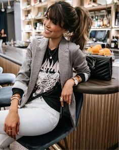 Band Tee, a blazer and white denim make for the perfect look for daytime to a night on the town! Lässigen Jeans, Outfit Jeans, Blazer Outfits, Edgy Outfits, Mode Outfits, Fall Outfits, Fashion Outfits, Womens Fashion, Band Tee Outfits