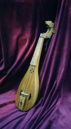 Cordófono frotado con arco procedente de la cultura islámica. Fue adaptado para ser tocado con arco hacia el siglo X.