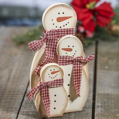 Primitive Snowman Family Grouping – Table Decor – Christmas and Winter – Holiday Crafts Primitive Schneemann-Familiengruppierung Christmas Wood Crafts, Christmas Signs, Christmas Snowman, Rustic Christmas, Christmas Projects, Holiday Crafts, Christmas Ornaments, Winter Wood Crafts, Christmas Wood Decorations