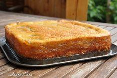 O nebunie de prajitura, aceasta prajitura turnata cu mere! :P Am facut-o mai demult cu branza si a iesit la fel de delicioasa. O sa va indragostiti si voi de ea si, mai important, copiii v. No Cook Desserts, Sweets Recipes, Cake Recipes, Cooking Recipes, Romanian Desserts, Romanian Food, Mini Cheesecakes, Pastry Cake, Bakery