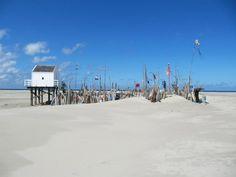 Het uitgestrekte strand van Vlieland, met in een 'woestijn van zand' dit reddingshuisje, alleen te bereiken door lange wandeling of met de Vliehors Express. Foto: Selma Hetharia.