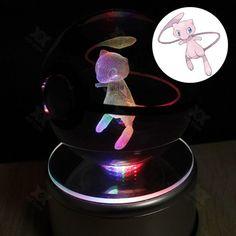 Pokeball Cristal Mew 3D:  Pokeball decorativa de cristal con la figura en 3D del pokemon Mew en su interior. Incluye una peana luminosa que cambia de color. Las luces LED de la peana funcionan mediante conexión USB.