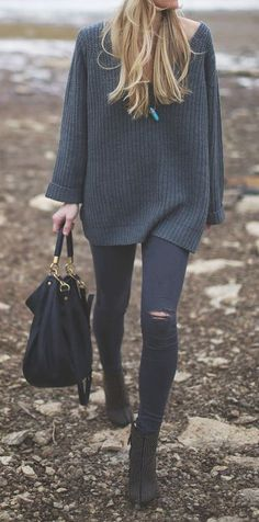 Simple fall Outfit: ripped skinny jeans and a long thick jumper. Perfect for vold and windy days.
