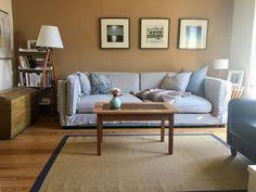 Gemütliches Wohnzimmer mit Bildwänden und einem Sofa in Hellgrau. #Wohnzimmer #gemütlich #Bildwand