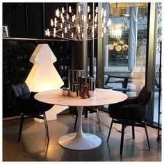 Ønsker alle en fin søndagskveld med dette bildet av den nye lysekronen Coppélia, sammen med Saarinen Tulip bordet i marmor ❤️❤️ [Verkstedveien 1, Skøyen] #exponova #exponova_lys #exponova_møbler #moooi #knoll