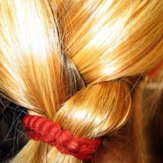 Hoe maak je donker haar lichter? Wil jij je bruine of donkere haren een tintje lichter maken? Pas snel een methode toe en geef je haar meer kleurdiepte.