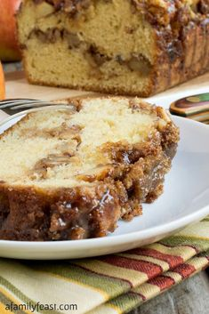 Apple Streusel Bread - A sweet cake-like bread with a layer of apple chunks and walnuts in middle and topped with a cinnamon streusel. The best dessert for apple season! Quick Bread Recipes, Gourmet Recipes, Sweet Recipes, Cake Recipes, Dessert Recipes, Dinner Recipes, Cooking Recipes, Muffin Recipes, Crockpot Recipes