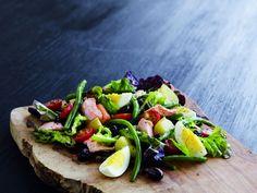 Opskrift på salad nicoise med lækker bagt laks og æg