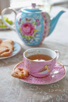 A calming pot of tea please join me. Pip Studio, Café Chocolate, Chocolate Biscuits, Cuppa Tea, Cappuccino Cups, Teapots And Cups, My Cup Of Tea, Kakao, Vintage Tea