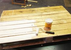 How to make a pallet coffee table Table Palette, Palette Diy, Glass Top Coffee Table, Diy Coffee Table, Pallet Crafts, Diy Pallet, Pallet Ideas, Pallet Furniture, Furniture Ideas