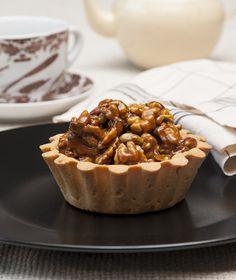 Τσάι ή καφέ; Ένα απογευματινό κάλεσμα με ροφήματα οφείλει να συνοδεύεται από τάρτες με καρύδια και καραμέλα. Sweet Pie, Desert Recipes, Cobbler, Special Occasion, Sweet Treats, Muffin, Pudding, Sweets, Cookies