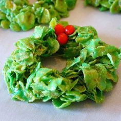 Christmas Cornflake Wreaths Recipe Desserts with butter, mini marshmallows, color food green, corn flakes, candy Easy Christmas Treats, Christmas Appetizers, Christmas Goodies, Christmas Desserts, Christmas Baking, Holiday Treats, Holiday Recipes, Christmas Ideas, Christmas Stuff