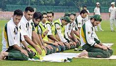 Pakistan Cricket Team saying prayers