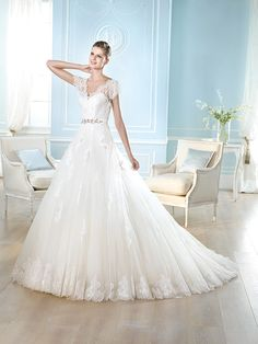 st patrick wedding gown, full lace skirt http://www.weddingchicks.com/2013/10/16/pronovias-st-patrick-collection/