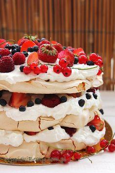 """Chciałam Wam dziś zaproponować lekki i bardzo wakacyjny torcik bezowy z owocami - ja tu użyłam truskawki, maliny, jagody i czerwone porzeczki.Słodka beza świetnie się komponuje z lekkim kremem i kwaskowatymi owocami - dzięki czemu na pewno się nie """"zasłodzicie"""" :)Ja ten torcik przygotowałam z trzech blatów bezowych i wyszedł mi całkiem """"słuszny"""" tort -"""
