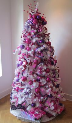 Ideas White Christmas Tree With Pink Color Schemes Tree , ideen-weißer weihnach. Purple Christmas Tree Decorations, White Christmas Trees, Beautiful Christmas Trees, All Things Christmas, Christmas Lights, Holiday Tree, Christmas Tree Ideas 2018, Pink Decorations, Christmas Mantles