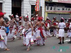 Kandy Tänzer auf den Straßen vor dem Zahntempel (Sri Dalada Maligawa) in Kandy, Sri Lanka