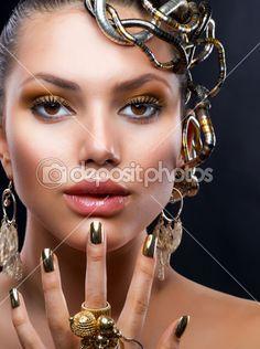 Zlatý make-up a šperky. módní model portrét — Stock Fotografie © Subbotina…