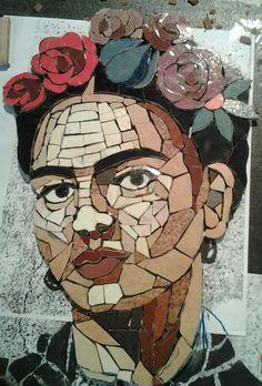 """Frida Kahlo en msaico por Gisela Flores Q.   gisela""""chely""""floresq@hotmail.com Retratos en mosaico para el proyecto: """"Mujeres Artistas Latinoamericanas"""".  Exposición: pasaje San Rafael, Cbba, Bolivia"""